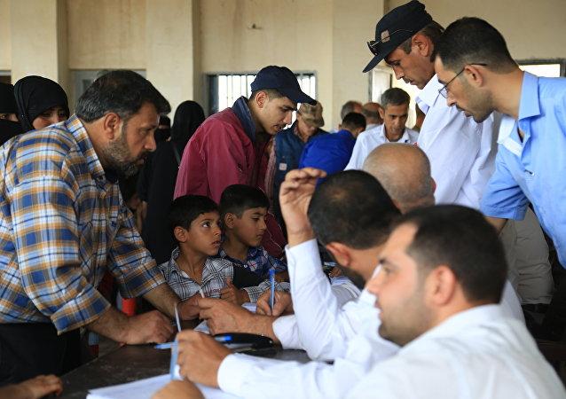 Los refugiados sirios que viven en Turquía se registran cerca de la ciudad Azaz, Siria