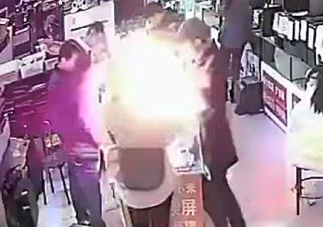 ¡No lo intentes en casa! Un chino muerde un iPhone y esto es lo que le pasa