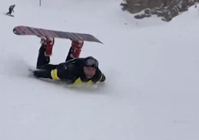 Increíble: un ruso desciende tumbado sobre su estómago la montaña más alta de Europa