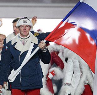 El equipo olímpico de Rusia con la bandera nacional del país