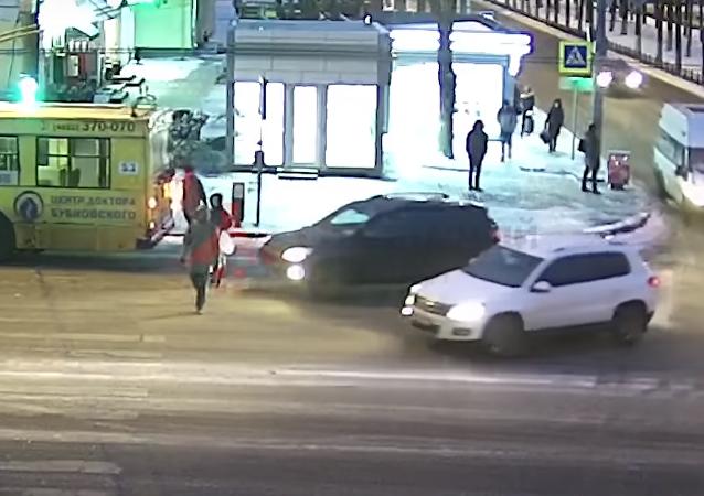 Increíble: una rusa sigue su camino como si nada tras ser atropellada por un todoterreno