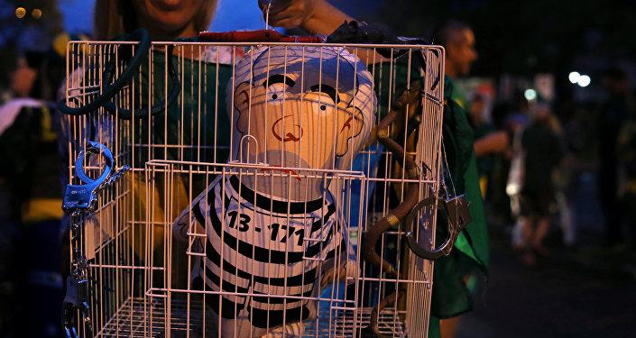 Un inflable simulando al expresidente brasileño Luiz Inácio Lula da Silva en la cárcel