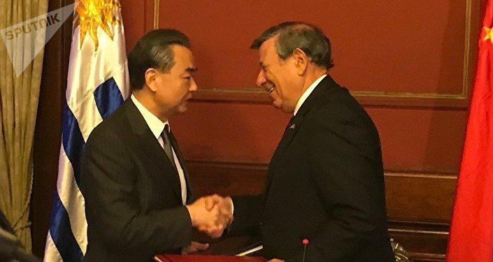 Canciller chino, Wang Yi, junto a su par uruguayo, Rodolfo Nin Novoa