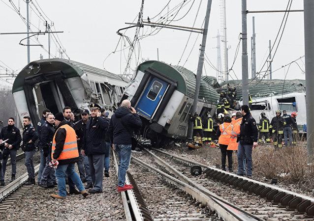 El lugar del descarrilamiento de un tren regional en el área metropolitana de Milán, Italia
