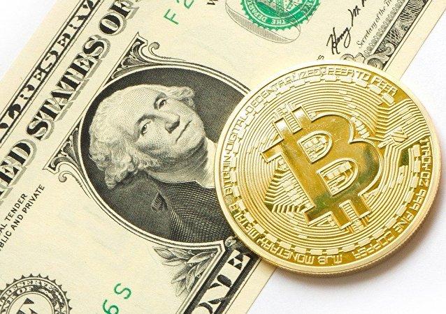 Bitcoin y dólar (imagen referencial)
