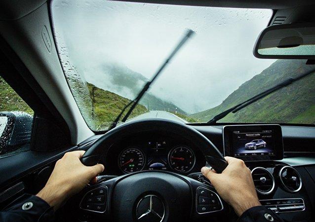 Conduciendo un coche (imagen referencial)