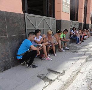 Personas usan internet en una zona de La Habana, Cuba, con wifi