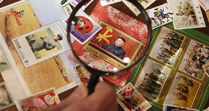 Un sello postal con una imagen del líder norcoreano Kim Jong-un