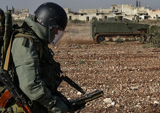 Un zapador ruso manejando un robot de desminado pesado Uran-6 en Siria