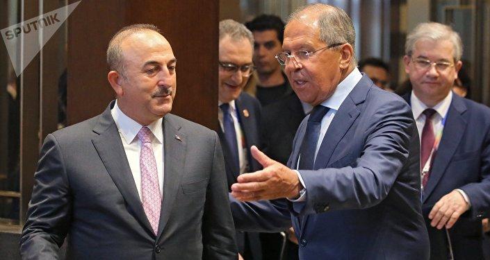 Canciller de Rusia, Serguéi Lavrov, con su homólogo turco, Mevlut Cavusoglu (archivo)