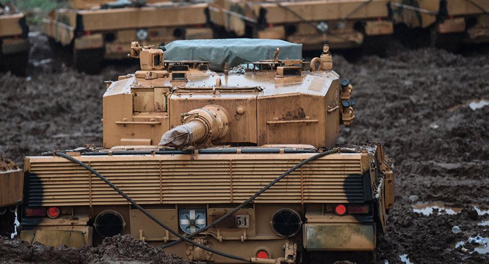 Tanques turcos cerca de la frontera con Siria durante la operación Rama de Olivo