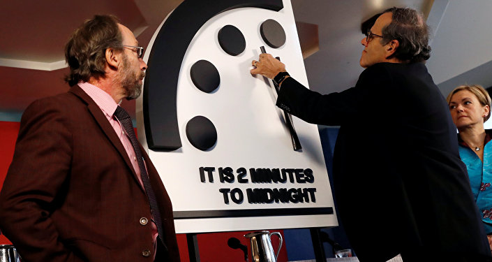 Los miembros del Boletín de Científicos Atómicos mueven las manillas del reloj para marcar dos minutos para el juicio final