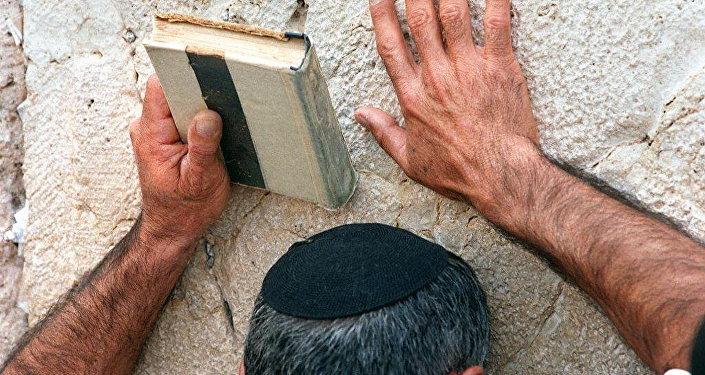 Un judío rezando (imagen referencial)