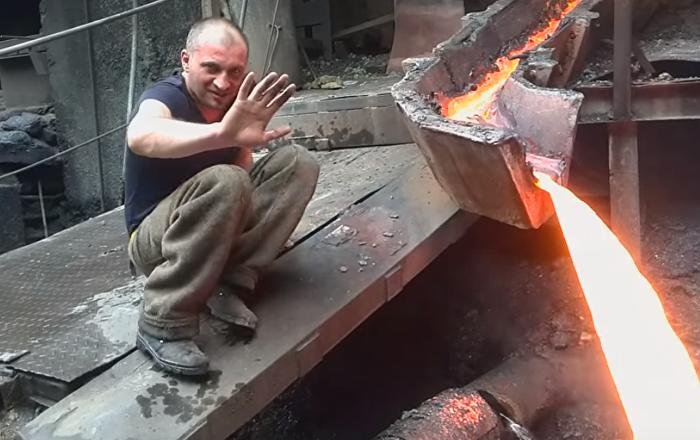 Metalurgo hasta los huesos: pasa la mano por metal fundido como si nada