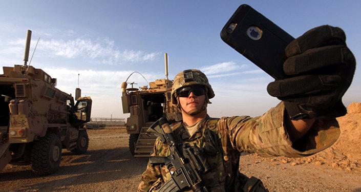 Un militar estadounidense se saca una foto en una base militar situada en el sur de Mosul