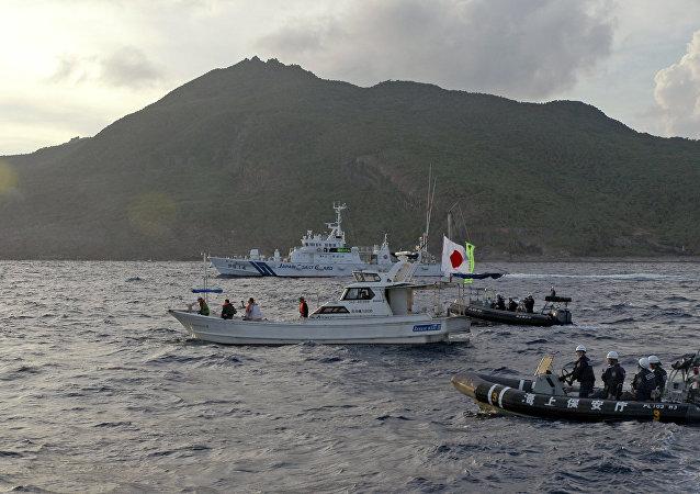 Unos barcos de la Guardia Costera japonesa navegan junto al bote pesquero de los activistas japoneses advirtiendo a los activistas que se alejen de un grupo de islas en disputa llamado Diaoyu por China y Senkaku por Japón