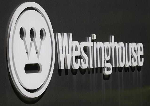 El logotipo corporativo está en un cartel que marca el camino de entrada a la sede internacional de Westinghouse