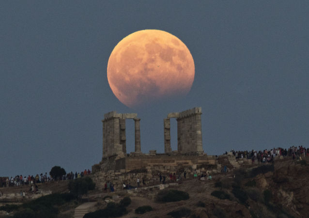 Luna de sangre sobre el Templo de Poseidón Atenas, Grecia, 7 de agosto de 2017