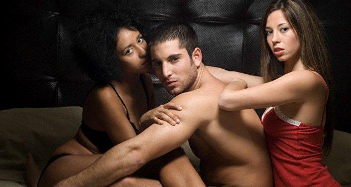 Un hombre y dos mujeres (imágen referencial)