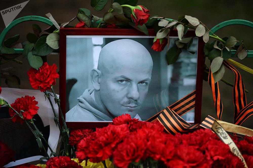 Flores y velas cerca de la Embajada de Ucrania en Moscú en memoria del periodista Oles Buzina, asesinado en Kiev en 2015