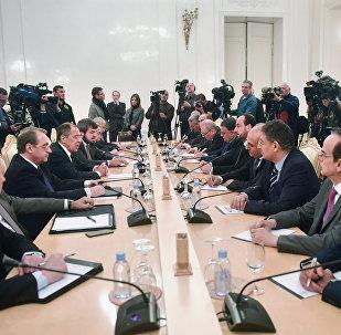 La reunión entre el canciller ruso, Serguéi Lavrov y el presidente de la Comisión Siria para las Negociaciones, Naser Hariri, Moscú, Rusia (archivo)
