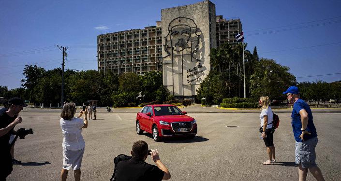 Turistas en la Plaza de la Revolución