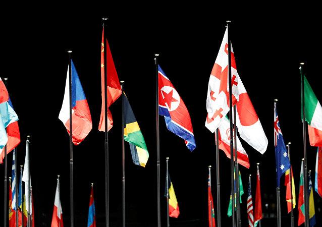 La bandera de Corea del Norte en la Villa Olímpica, en Corea del Sur
