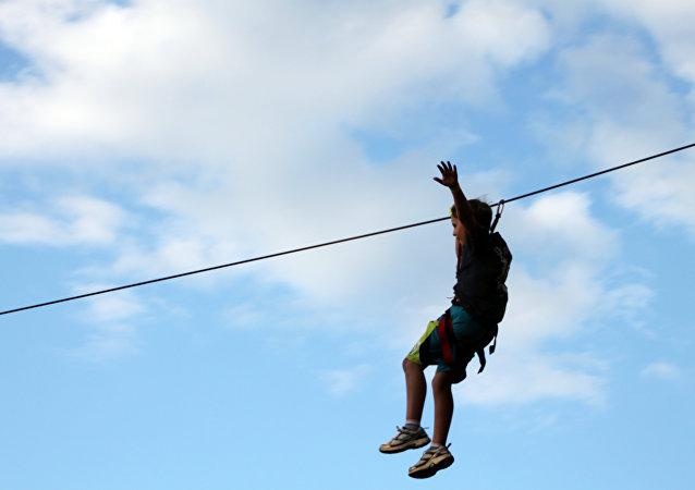 Un zipline, o tirolina en español (imagen referencial)