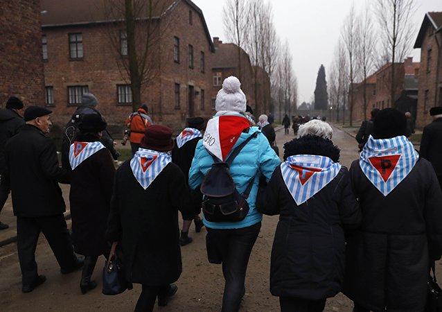 Sobrevivientes visitan Auschwitz en el Día Internacional de Conmemoración en Memoria de las Víctimas del Holocausto