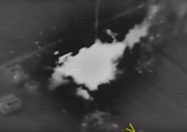 Momento de impacto de las armas de alta precisión rusas contra una instalación de los terroristas