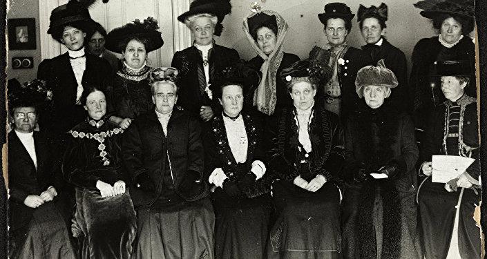 Millicent Fawcett (la cuarta desde la izquierda de la primera fila) en el Suffrage Alliance Congress, Londres 1909