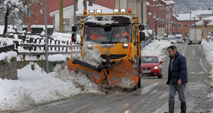 Decenas de vuelos canceladas por copiosas nevadas — España
