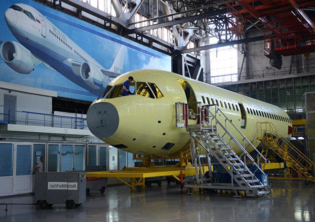 La industria aeronática es la más interesada en nuevos materiales, más ligeros y resistentes (en la foto: el ensamblaje del avión de pasajeros ruso MC-21-300)
