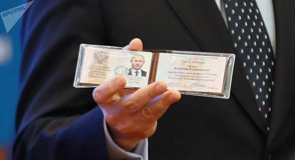Una libreta electoral que certifica que Vladímir Putin se registró como candidato a las elecciones presidenciales 2018