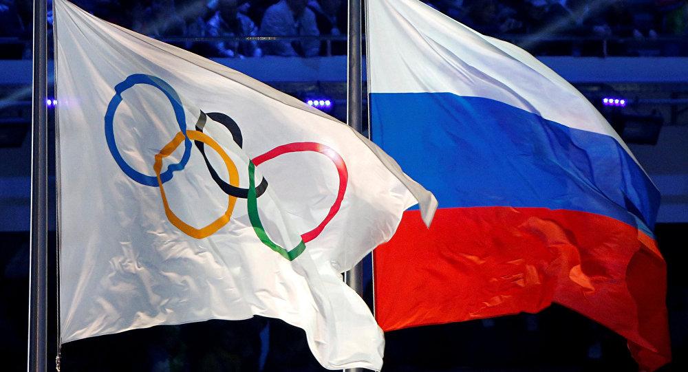 La bandera con los anillos olímpicos y la bandera de Rusia