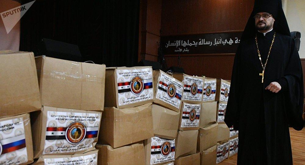 El monje Esteban, representante del departamento de relaciones exteriores del Patriarcado de Moscú, con una carga de ayuda humanitaria para Siria