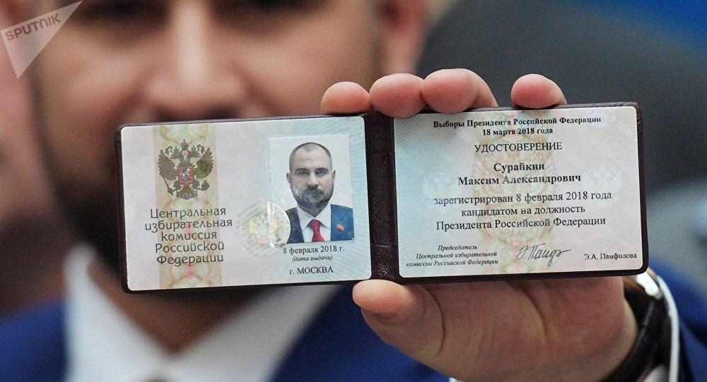 La libreta del candidato presidencial de Rusia de Maxim Suraikin