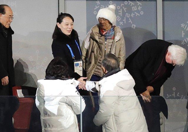 Moon Jae-in, presidente de Corea del Sur, aprieta la mano de Kim Yo-Jong, la hermana de Kim Jong-un, líder de Corea del Norte