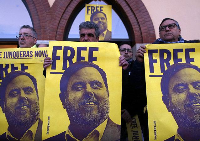 Unas personas con la fotografía de Oriol Junqueras piden su libertad (archivo)