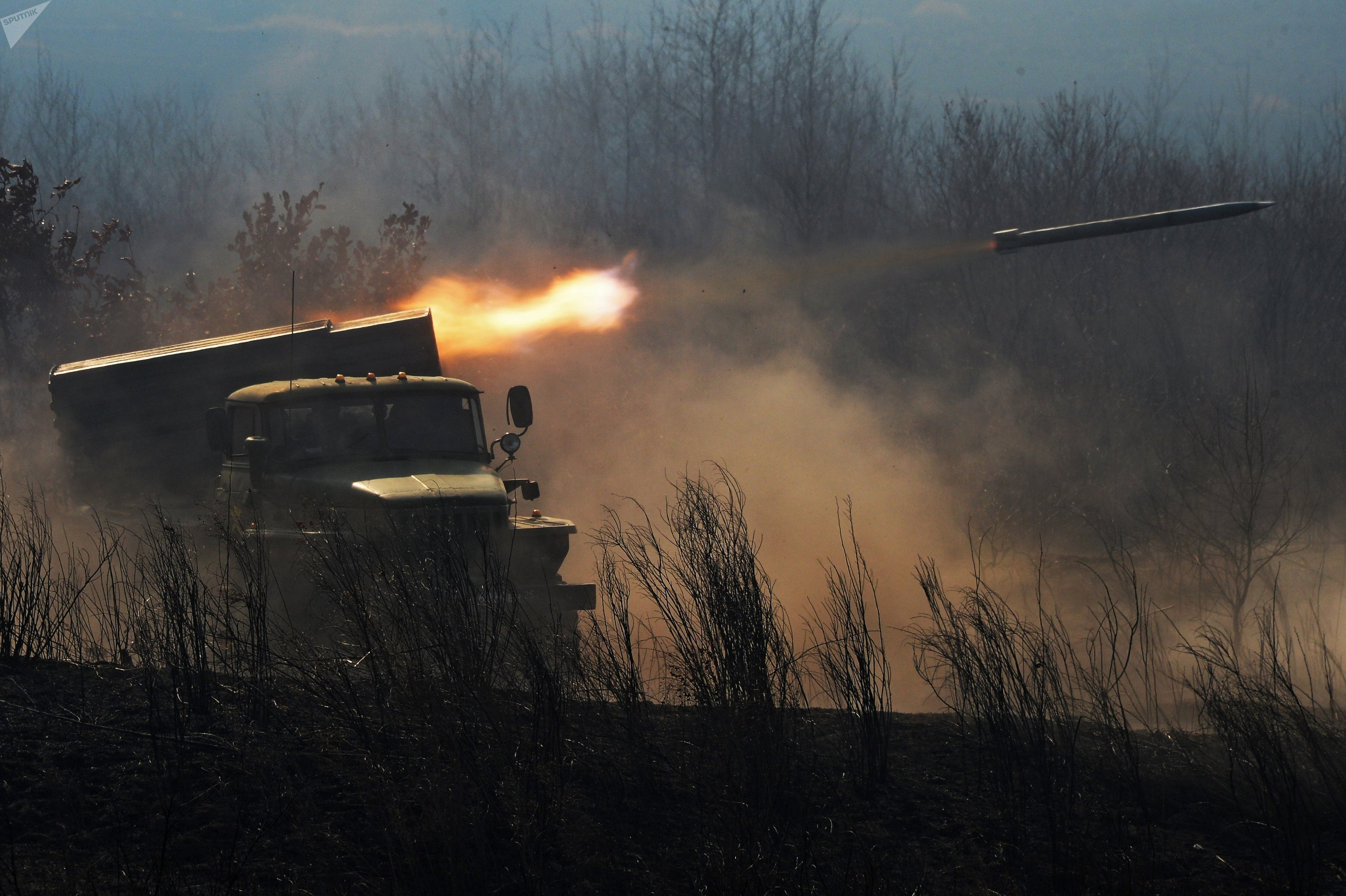 Un BM-21 Grad ruso en pleno disparo durante unas maniobras
