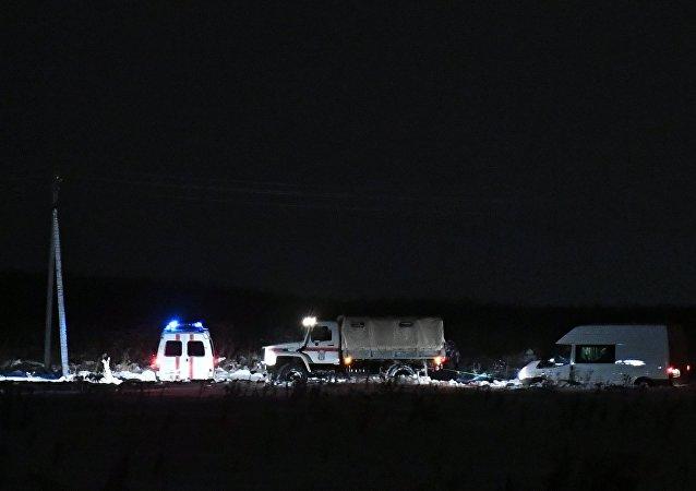 Los automóviles del Ministerio de Emergencias de Rusia en el lugar del siniestro del An-148