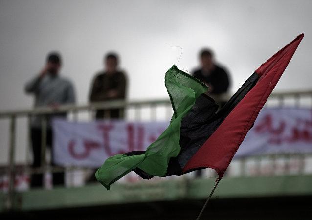 Bandera de Libia en la ciudad de Derna (archivo)