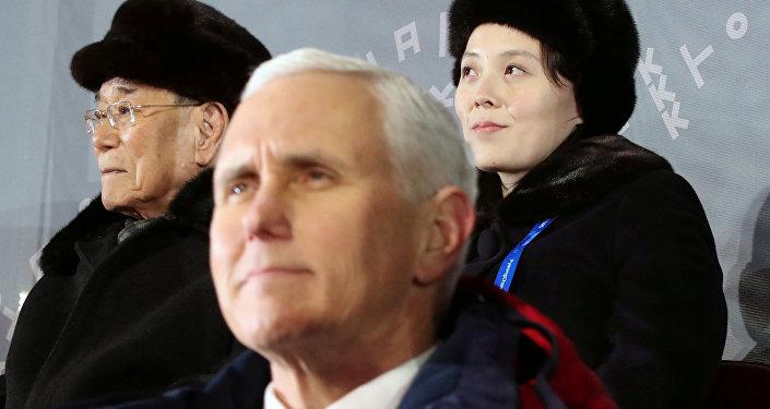 El vicepresidente de EEUU, Mike Pence, y la hermana del líder norcoreano, Kim Yo-jong
