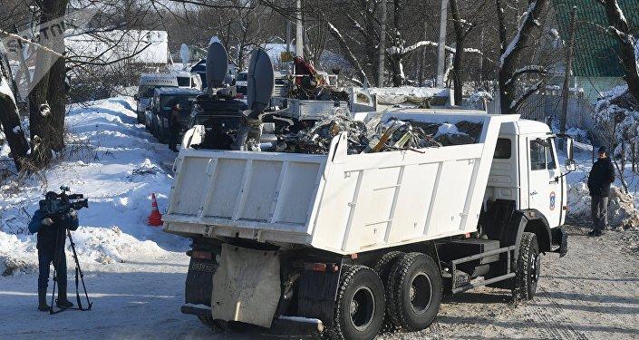 Los camiones con los fragmentos del avión siniestrado a las afueras de Moscú