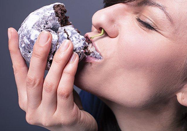 Una mujer comiendo