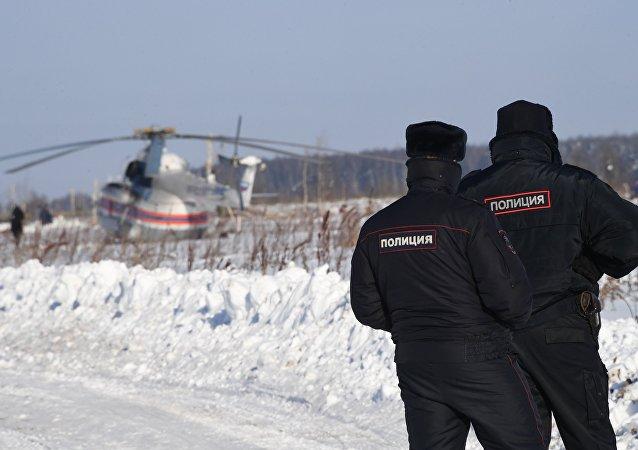 Helicóptero del Ministerio de Emergencias ruso y las policías en el lugar del siniestro del avión An-148 a las afueras de Moscú