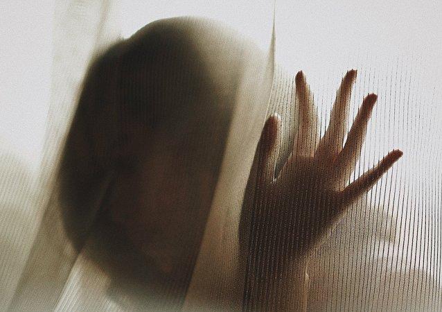 Una persona escondiéndose (imagen referencial)