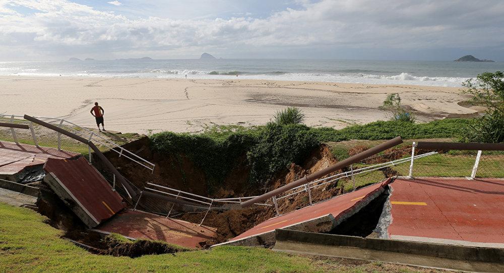 El carril bici destruído junto a la playa de Sao Conrado tras lluvias en Río de Janeiro