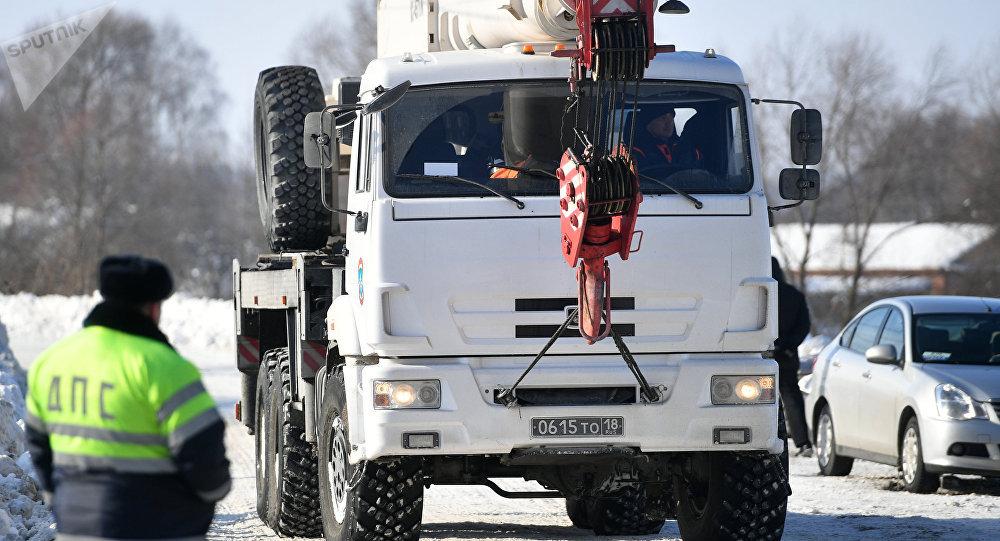 Un camión del Ministerio de Emergencias ruso en el lugar del siniestro del avión An-148 a las afueras de Moscú