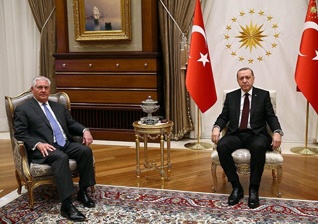 El presidente de Turquía, Recep Tayyip Erdogan, junto al secretario de Estado de EEUU, Rex Tillerson